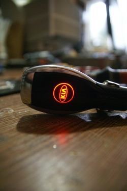 Автомобильное зарядное устройство универсальное с логотипом KIA