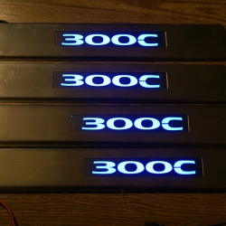 накладки на пороги с подсветкой Chrysler 300C,светящиеся накладки на пороги Chrysler 300C,светодиодные накладки на пороги Chrysler 300C,светодиодные накладки на пороги авто Chrysler 300C,накладки на пороги led Chrysler 300C,декоративные накладки Chrysler