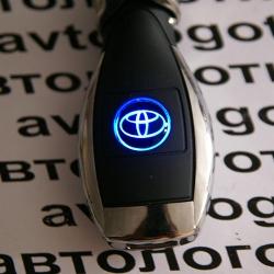 Автомобильное зарядное устройство универсальное с логотипом Toyota