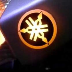 Светящийся задний логотип на мотоцикл Yamaha,светящаяся эмблема Yamaha на мотоцикл,светящийся логотип на авто Yamaha на мотоцикл,светящийся логотип на автомобиль Yamaha на мотоцикл,подсветка логотипа Yamaha на мотоцикл