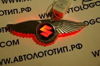 Крылатый логотип Suzuki с подсветкой