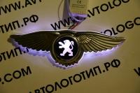 Крылатый логотип Peugeot с подсветкой
