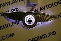 Крылатый логотип Geely с подсветкой