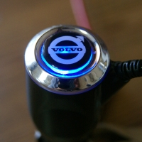 Зарядка для телефона с логотипом Volvo