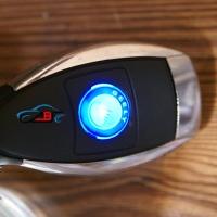 Автомобильное зарядное устройство универсальное с логотипом Geely