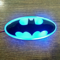 Светящийся логотип Batman (Бетмен) Hyundai Santa Fe,светящаяся эмблема Batman (Бетмен) Hyundai Santa Fe,светящийся логотип на авто Batman (Бетмен) Hyundai Santa Fe,светящийся логотип на автомобиль Batman (Бетмен) Hyundai Santa Fe,подсветка логотипа Batman