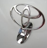 Логотип Toyota на капот